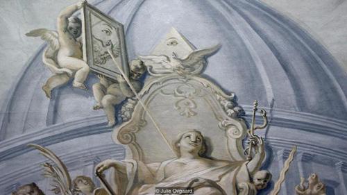 Con mắt thần Ra - biểu tượng xuất hiện trên trần của nhà thờMaria de Victoria. hình ảnh con mắt thần Ra cũng xuất hiện trong biểu tượng của hội Illuminati.