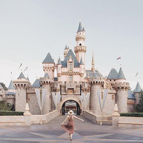 Không ai nhận ra vẻ khác thường của tòa lâu đài, bởi công viên Disneylandluôn đông đúc từ sớm. Ảnh:@theslowtraveler.