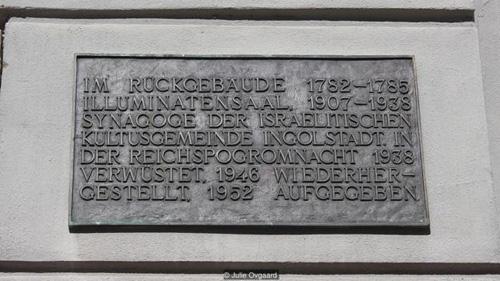 Bên ngoài căn nhà cũ của giáo sưWeishaupt là một tấm bảng nhỏ, nhắc nhở mọi người nhớ về nơi Illuminati được khai sinh. Ảnh: BBC.