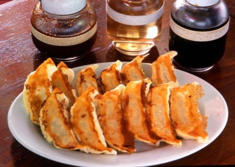 Utsunomiya - Suicao Là món đượ người Nhật bản ưa thích, Món sủi cảo chiên thường được bán kèm với  món cơn chiên và ăn với các loại nước chấm cay.