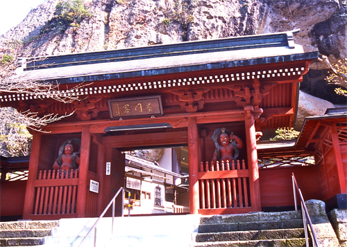 Ōya-ji là ngôi chùa của phái Tendai ( Thiên Đài) ở thành phố Utsunomiya, tỉnh Tochigi, Nhật Bản. Theo truyền thuyết, đền thờ được thành lập bởi nhà sư Kūkai (Không Hải đại sư), người sáng lập của phái Shingon (Chân Ngôn)  vào năm 810. Ngôi chùa được xây dựng lại trong những năm 1615 đến năm 1624. Được xây dựng trong các tườngđá bao xung quanh.