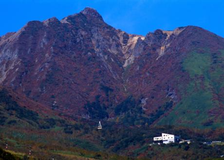 Ropeway Nasu lên đến cấp thứ 7 trong 9 cấp của núi lửa đang hoạt động   Mt. Chausu tiêu biểu  cho khu vực Kanto nằm ở cực bắc của tỉnh Tochigi. Mt. Chausu là đỉnh cao nhất của dãy núi Nasu mà du khách có thể tận hưởng và chiêm ngưởng khói phun trào hùng vĩ và cảnh quan tuyệt đẹp từ góc nhìn này.
