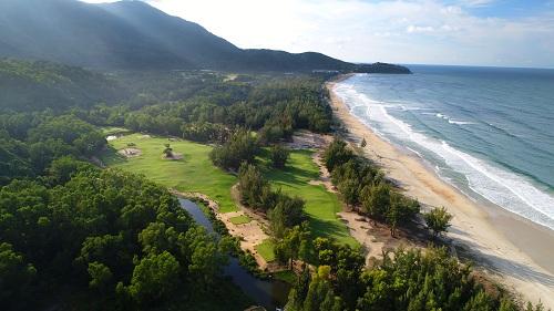 Sân golf tại khu resort.