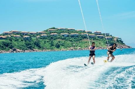 Lướt ván diều là trò thể thao dưới nước thu hút nhiều du khách ưa mạo hiểm.