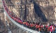 Khách Trung Quốc chen chúc trên cầu kính dài nhất thế giới