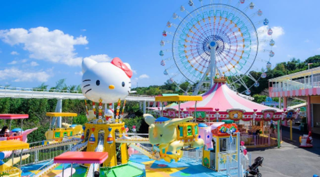 Nhiềubạn nhỏ rất thích đến công viênđể gặp Hello Kitty- nhân vật hư cấu được thiết kế bởi công ty Sanrio của Nhật Bản.