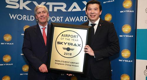 TGĐ Changi Airport Group Lee Seow Hiang (phải) nhận bằng ghi nhận từ ông Edward Plaisted, TGĐ Skytrax. Ảnh: Changi Airport.