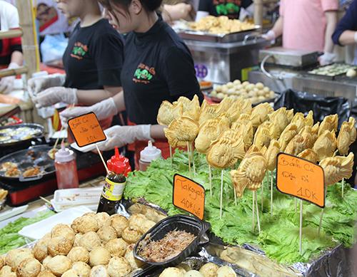 Đồ ăn tại hội chợ giá khoảng từ 5.000 đến 50.000 đồng/món. Ảnh: Phạm Huyền.
