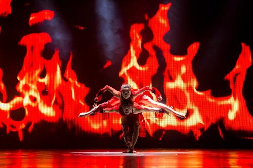 Truyền lửa là một cái nhìn mới, một hơi thở mới về vùng cao Tây Nguyên với vẻ đẹp của những con người dựng xây đất nước như một sự truyền lửa cho thế hệ trẻ về nguồn cội, về sức mạnh, về ý nghĩa của sự sống, đồng thời giới thiệu những nét đẹp văn hóa của con người vùng đất đỏ Tây Nguyên.