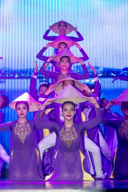 Hầu Văn Nhịp thở Hương Giang là hành trình xuyên Việt với những cô gái Huế mộng mơ bên dòng sông Hương Giang tái hiện nét đẹp đời sống, lịch sử, văn hóa của người dân nơi miền di sản hầu văn.Ngoài ra, khán giả còn được thưởng thức sự đa dạng màu sắc gắn liền với cuộc sống, niềm vui tươi lao động trong ca cảnh Nét trù, hay đời sống văn hóa tinh thần người dân trong làn điệu chèo Đào liễu, và niềm vui gặt hái mùa màng bội thu trong Về miền Cửu Long với múa Hạt vàng v.v. Các tác phẩm được đầu tư một cách công phu từ sân khấu tới phục trang, hiệu ứng ánh sáng 3D và laser hiện đại, mang đến không gian nghệ thuật hấp dẫn du khách.