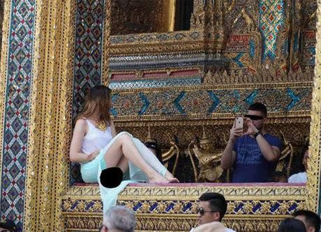 Nữ du khách có dáng ngồi hớ hênh. Ảnh: Coconuts.
