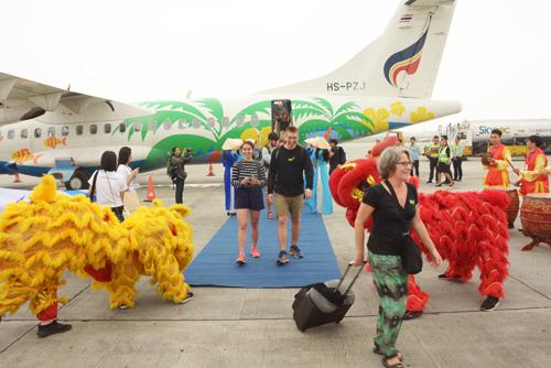 Những vị khách quốc tế đầu tiên đến Việt Nam trên chuyến bay thẳng Chiang Mai - Hà Nội.