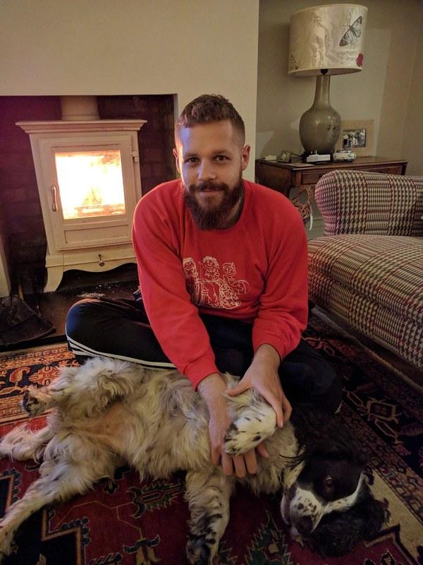 Cặp đôi đi khắp thế giới miễn phí nhờ trông chó cho đại gia