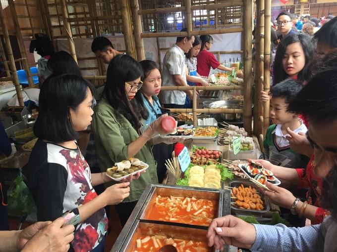 Người Hà Nội chen chân thưởng thức ẩm thực tại hội chợ cuối tuần