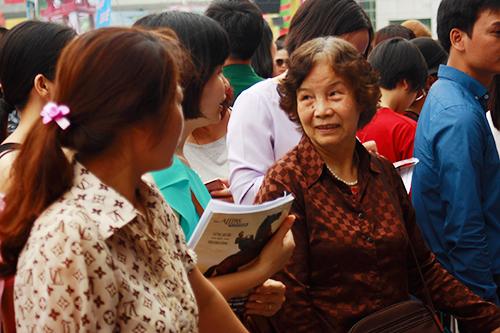 Người dân thủ đô xếp hàng mua tour giá rẻ tại VITM 2016. Ảnh: Phong Vinh.