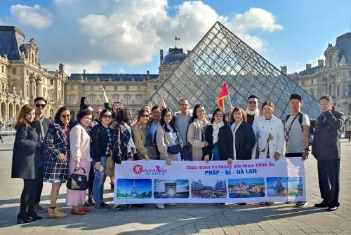Đoàn khách Việt khám phá Paris, Pháp.
