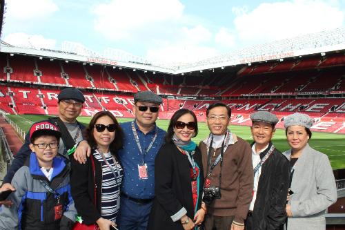Đoàn khách Việt khám phá sân vận động Old Trafford, Anh.