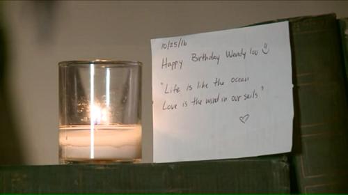 Một tờ giấy nhắn đề ngày 25/10/2016 có viết: Chúc mừng sinh nhật Wendy Lou. Đời mênh mang như đại dương, tình yêu là gió căng buồm. Ảnh: WGNTV.