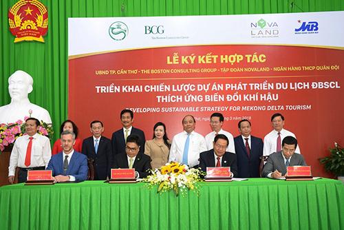 Thủ Tướng Nguyễn Xuân Phúc và đại diện các Bộ, ban, ngành Trung ương và các Sở, ban, ngành thành phố chứng kiến lễ ký kết.