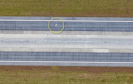 Hai ngôi mộ xuất hiện trên đường băng ở sân bay Savannah. Ảnh: AmusingPlanet.