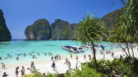 Koh Phi Phi là hòn đảo nổi tiếng ở Thái Lan, thu hút lượng lớn du khách sau khi Leonardo Dicaprio tới đây và quay bộ phim The Beach. Ảnh: News.