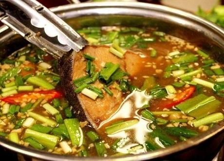 Lẩu cá bớpĐây là một đặc sản mà du khách sẽ bắt gặp nhiều trong các thực đơn ởđảo. Thịt cá bớp có vị ngọt tự nhiên,không bở. Nước lẩu đọng lại vị chua thanh, hơi ngọt cùng cá bớp tạo nên vị đặc trưng của món ăn. Lẩu cá bợp thườngăn với bún kèm theo các loại rau sống và nước mắm nguyên chất mới đúng điệu. Món này dùng vào buổi trưa hay tối đều rất hợp lý. Ảnh: Hai Vinh Nguyen.