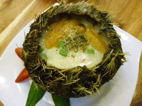 Cháo nhum Nhum hay còn gọi là con cầu gai. Nhum thường bị nghĩ là loài hải sản không ăn được vì vẻ bên ngoài xấu xí, sần sùi nhưng ít ai biết được đây là một sản vật đặc trưng của quần đảo Nam Du. Món cháo nhum có cách chế biến không mấy cầu kỳ, bán nhiều trên đảo. Nhiều tour lặn ngắm san hô cũng mang món ăn lên tàu phục vụ khách. Cháo có vị ngọt dịu, phảng phất mùi của thịt nhum, đủ ấm bụng cho một bữa ăn nhẹ vào bất kỳ thời điểm nào trong ngày. Ảnh: Huấn Phan.