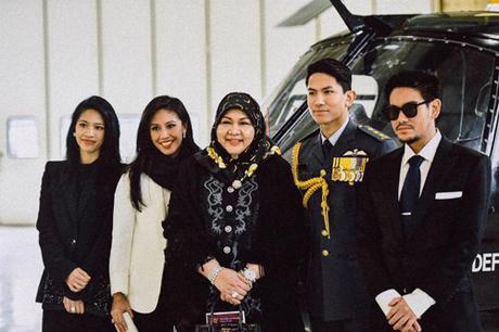 Hoàng tử Abdul Mateen (thứ hai từ phải sang) là một trong 5 người con trai của Quốc vương Brunei - Hassanal Bolkiah. Chàng sinh năm 1991, sở hữu ngoại hình điển trai, trình độ học vấn cao cùng khí chất ngời ngời, đồng thời cũng là một ngôi sao trên mạng xã hội với gần 800.000 người theo dõi.
