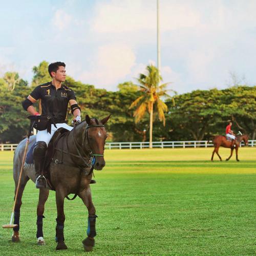 Abdul Mateen từng theo học tại Học viên quân sự Hoàng gia Anh và tốt nghiệp thạc sĩ tại London. Ngoài học hành, chàng hoàng tử 9X còn rất yêu thích thể thao như bóng đá, golf, đặc biệt là môn đua ngựa polo. Chàng từng cùng chị gái tham gia SEA Games 29 diễn ra tại Malaysia năm 2017 và thu hút sự chú ý của truyền thông Đông Nam Á.