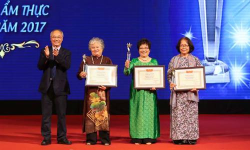 Ông Vũ Thế Bình - Phó chủ tịch Hiệp hội Du lịch Việt Nam trao giải thưởng lần lượt cho Nghệ nhân ẩm thực Tôn Nữ Thị Hà, Phạm Ánh Tuyết và Bùi Thị Sương.