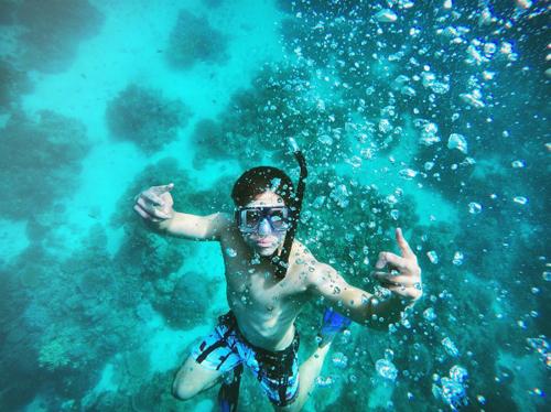 Là con cháu hoàng gia, người thừa kế thứ 6 trong hoàng tộc, Abdul Mateen có khối tài sản ước tính 20 tỷ USD. Nhưng thay vì chìm đắm trong nhung lụa xa hoa, chàng hoàng tử 9X lại là người rất biết tận hưởng cuộc sống. Một trong những thú vui của hoàng tử Mateen chính là du lịch khắp năm châu bốn biển.Yêu thích bơi lội và lặn biển nên địa điểm thường được hoàng tử chọn lựa đều là các vùng biển, đại dương đẹp trên thế giới.