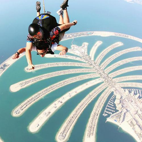 hàng cũng rất đam mê các trò chơi cảm giác mạnh như nhảy dù. Trong chuyến du lịch Dubai tháng 11/2015, hoàng tử Mateen tham gia trò skydive nổi tiếng trên vịnh Dubai. Bước ra khỏi máy bay được cất cánh từ Dubai Marina ở độ cao gần 4.000 mét, bạn sẽ được tận hưởng những cơn gió cực mạnh và cảm giác đã đời khi bay xuống không gian đẹp ngỡ ngàng ở phía dưới. Giá trung bình của dịch vụ này khoảng 545 USD/lượt và khá phổ biến trong giới nhà giàu mỗi khi tới Dubai.