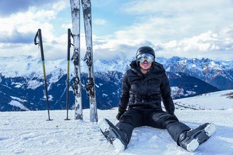 Trong thời gian dài học tập ở Anh, hoàng tử cũng tranh thủ những kỳ nghỉ dài để khám phá nhiều cảnh đẹp ở châu Âu, là một trong số những ngọn núi tuyết ở Thụy Sĩ. Chàng chia sẻ nhiều hình ảnh trượt tuyết cùng bạn bè trong kỳ nghỉ đông.