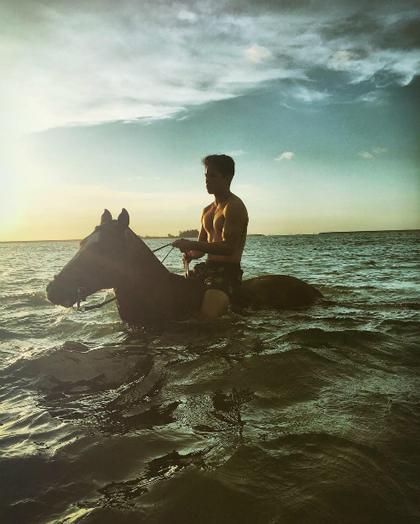 Chàng cưỡi ngựa dưới nước và ngắm ánh hoàng hôn. Abdul Mateen có niềm yêu thích đặc biệt với các trải nghiệm du lịch ngoài trời hơn là những chuyến đi sang chảnh, ở khách sạn đắt tiền hay tiêu pha hoang phí.