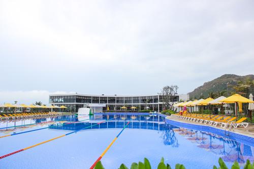 Toàn cảnh hồ bơi trong resort.
