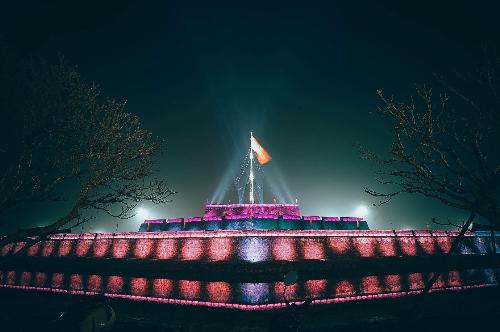 Đến Huế vào dịp lễ, du khách sẽ được thưởng thức màn trình diễn ánh sáng rực rỡ từ 1.000 ánh đèn LED và tiết mục bắn súng thần công tại kỳ đài.