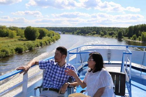 Những du khách thưởng ngoạn cảnh quan trên chuyến hải trình.