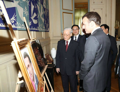 Tổng bí thư Nguyễn Phú Trọng trò chuyện cùng Tổng thống Emmanuel Macron.
