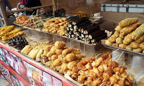 Món ăn Hàn Quốc, Nhật Bản, Trung Quốc thường xuyên xuất hiện trong các hội chợ ẩm thực của Việt Nam và thế giới. Ảnh: Phạm Huyền.