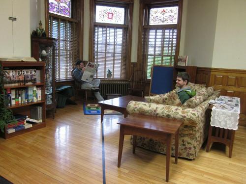Vạch đen bên trong phòng đọc sách của thư viện. Ảnh: Flickr.
