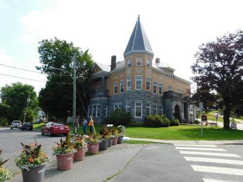 Thư viện Haskell Free nằm trên hai quốc gia, với những chậu hoa xếp làm dải phân cách.