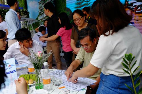 Nhân viên tư vấn tour hoạt động hết công suất trong các ngày hội chợ. Ảnh: Hương Chi.