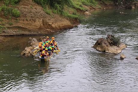 Các đội đua bước vào ngày tranh tài đầu tiên với thử thách 10km ngược sông Rào Nan. Ảnh: Hoàng Táo