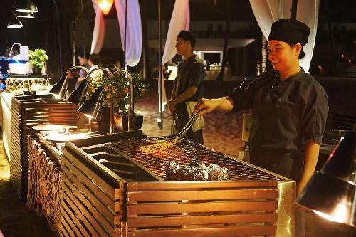 Tại khu nghỉ dưỡng Nam Hải ở Hội An cuối tuần qua cũng tổ chức 3 ngày với chủ đề Phục sinh. Ngày 30/3, thực khách được thưởng thức tiệc buffet hải sản trên bờ biển với ánh đèn lung linh, nhạc sống, và các bếp nấu đặt ngoài trời ở bãi biển Hà My. Ảnh: TNH.