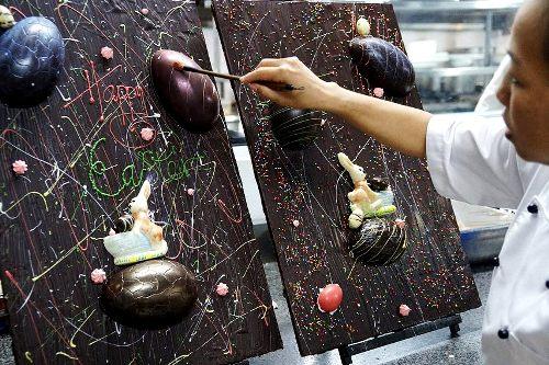 Ngày 31/3 thực khách có cơ hội thưởng thức Đêm ẩm thực đường phố chủ đề Phục sinh với các món ăn như Bánh bao trứng, bí nhồi, và khu vực riêng bày rất nhiều sản phẩm từ chocolate độc đáo, nguyên liệu là cacao trồng ở miền nam.Ảnh: TNH.