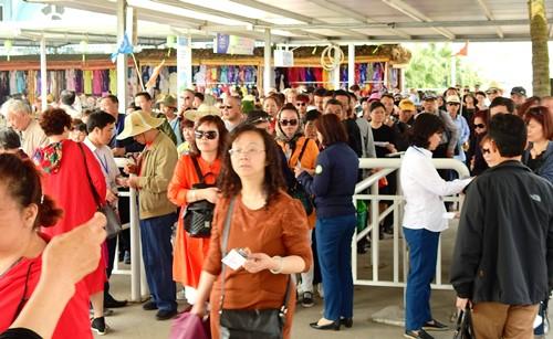 Từ tháng 10 đến đầu tháng 4, khách Trung Quốc đi du lịch qua cửa khẩu rất đông