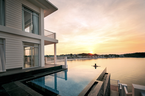 Bể bơi vô cực ở khu nghỉ dưỡng.