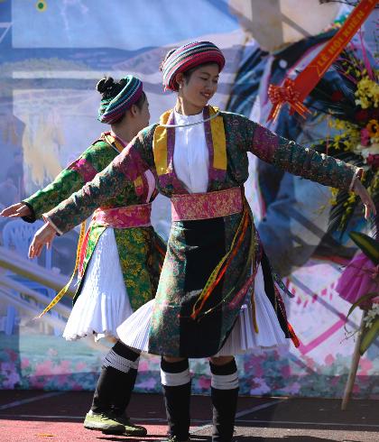 Tại khu vực sân khấu chính lễ hội, chuỗi chương trình biểu diễn nghệ thuật đặc sắc do các nghệ sĩ bản địa thể hiện sẽ đem tới cho du khách không gian văn hóa giải trí đậm đà bản sắc dân tộc. Các chương trình biểu diễn trang phục được thiết kế theo ý tưởng mô phỏng loài hoa đỗ quyên. Cùng với đó, du khách còn được trải nghiệm đời sống sinh hoạt vùng cao độc đáo thông qua các hoạt động chợ phiên, ẩm thực, chụp những bộ ảnh đẹp với trang phục truyền thống dân tộc Tây Bắc và rất nhiều trò chơi dân gian hấp dẫn như đánh đu, đi cà kheo, leo cột, bịt mắt bắt dê, đi cầu một dây&