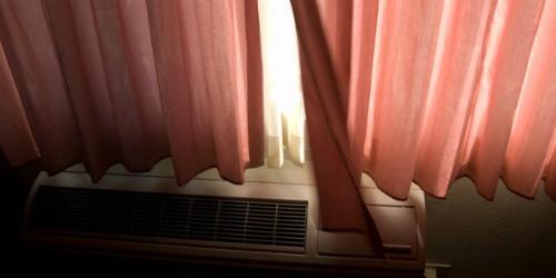 Giữ phòng khách sạn tối hơn để dễ ngủ nghỉHãy dùng những cái kẹp quần áo, treo các loại quần áo lên trong phòng khách sạn, kẹp những cái rèm phòng lại với nhau để không lọt ánh sáng vào. Ảnh: Flickr.