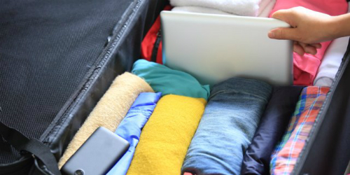 Tiết kiệm diện tích trong vali Bí quyết du lịch yêu thích nhất của tôi là cuộn quần áo. Tôi hayđi xa nhà khoảng vài ngày liền, thậm chí tới vài tuần và tôi thường xuyên phải cuộn quần áo thay vì gấp chúng như bình thường ở nhà, theo một tiếp viên đã chia sẻ với Business Insider.